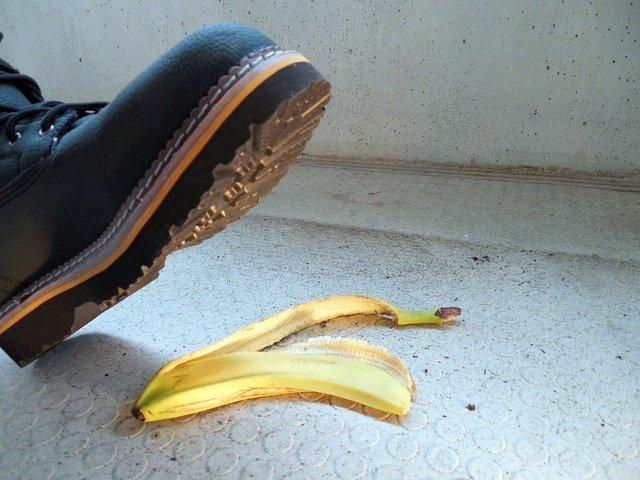 Schuh über Bananenschale