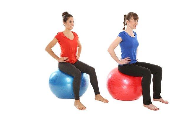 Zwei Frauen auf Gymnastikbällen