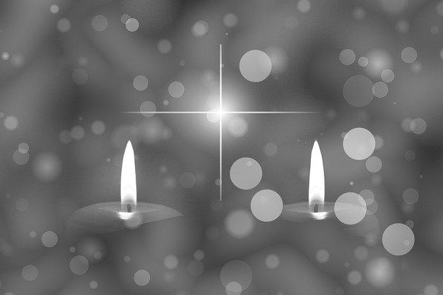 Zwei Kerzen Flamme Kreuz